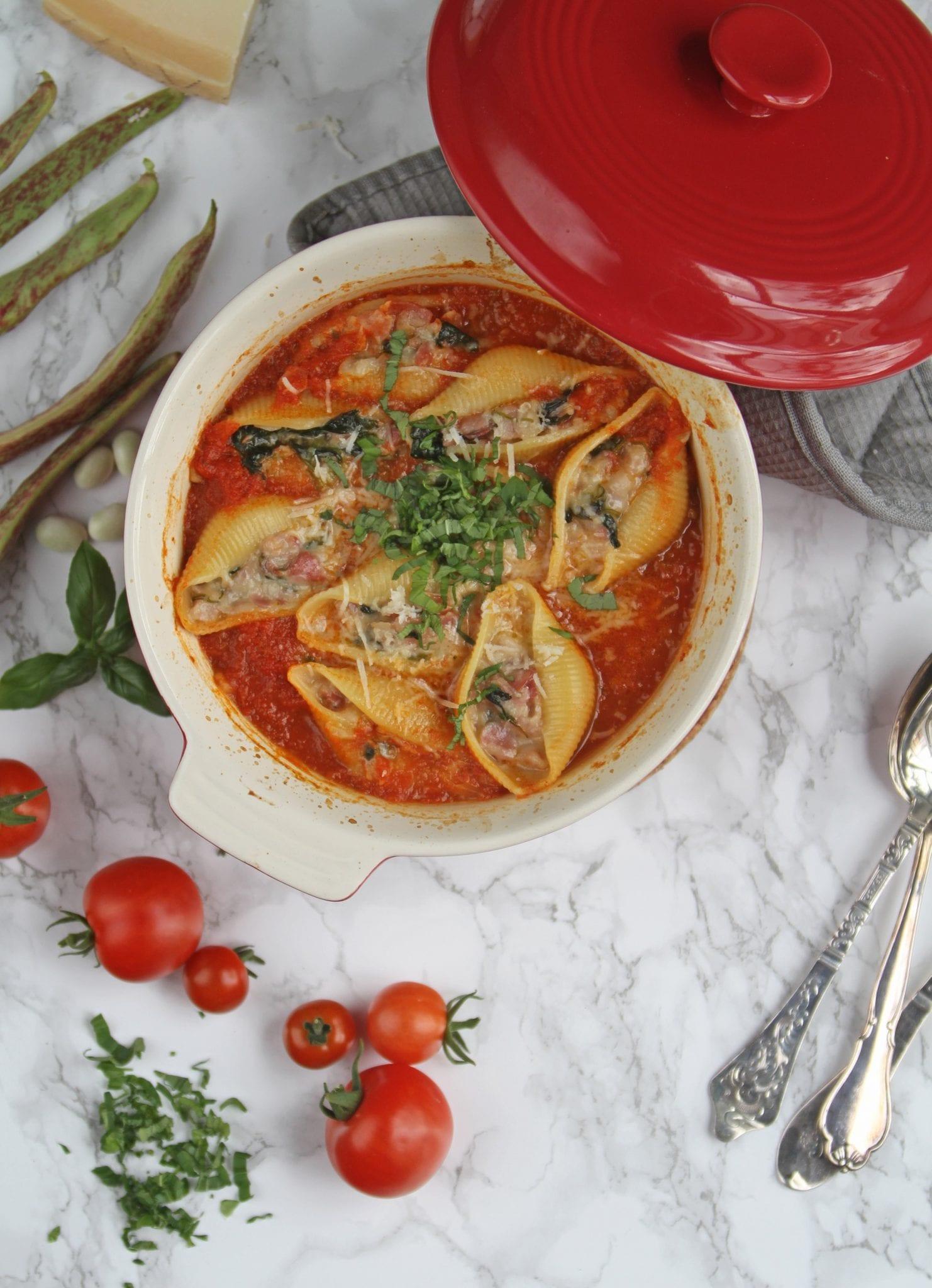 Fyldte pasta i tomatsauce