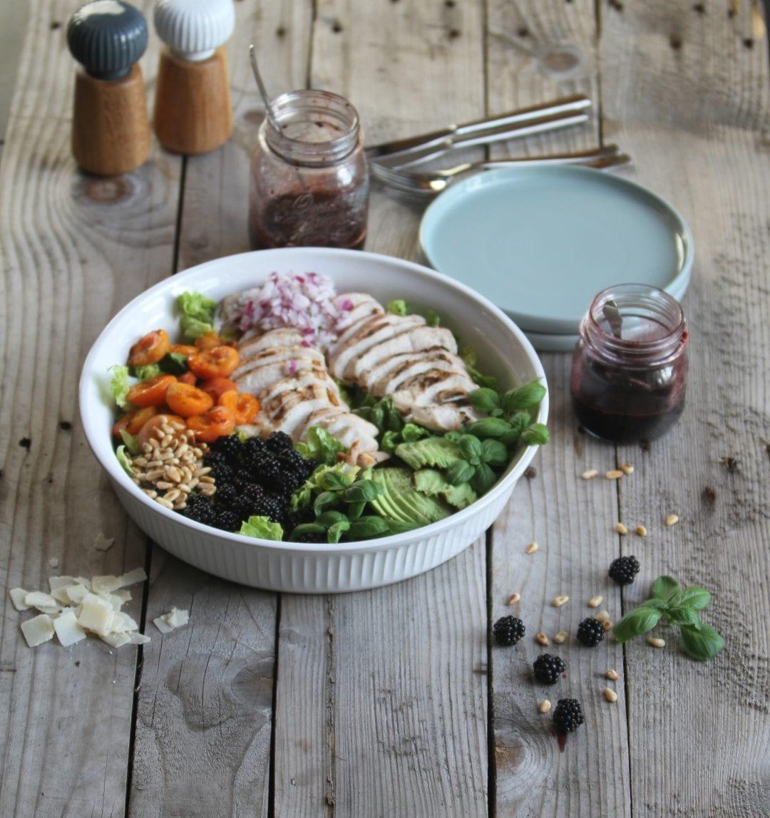 Salat med grillet abrikos og brombær