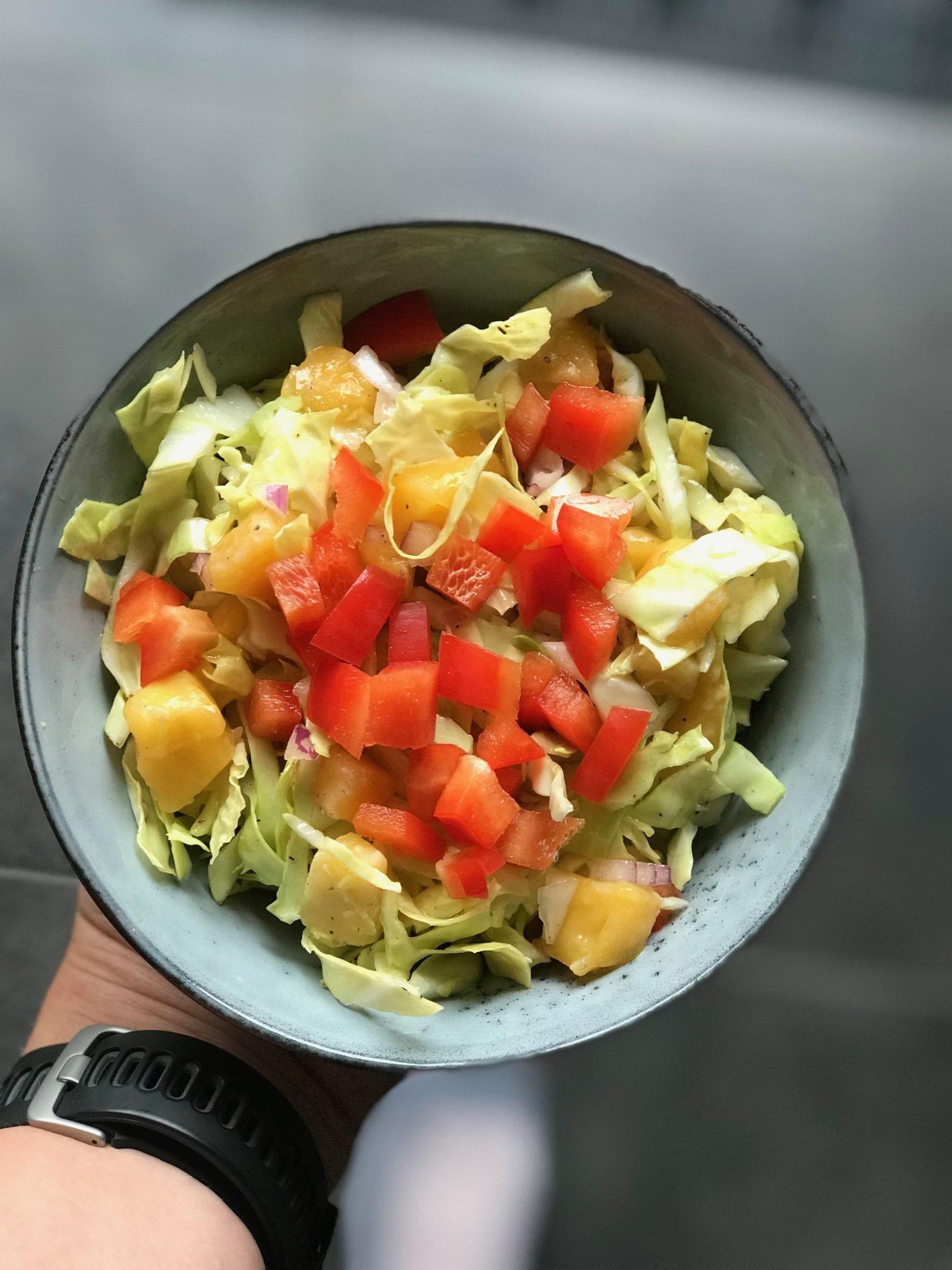 Spidskålssalat med mango og rødløg