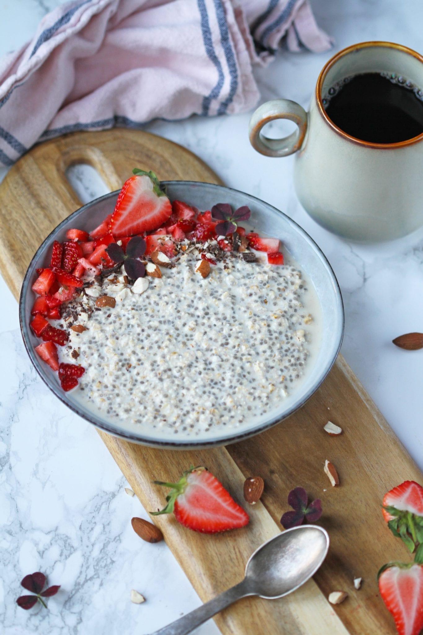 Overnightoatsmed lakridsogjordbær Overnight oats med lakrids og jordbær