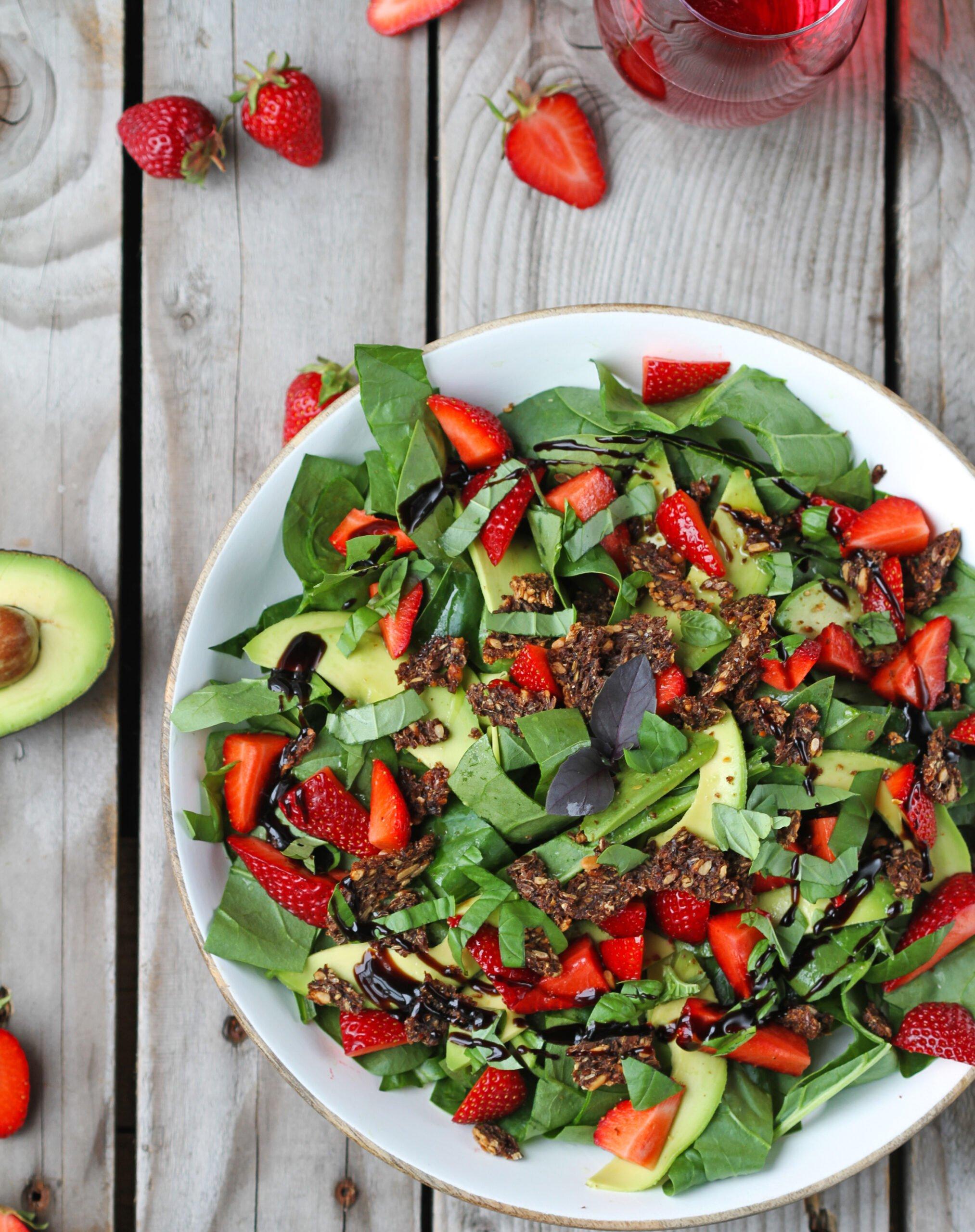 jordbaersalat scaled Jordbærsalat med spinat og avokado - en skøn sommer salat