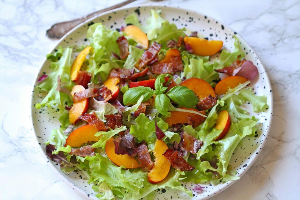 sommer salat med nektariner og bacon