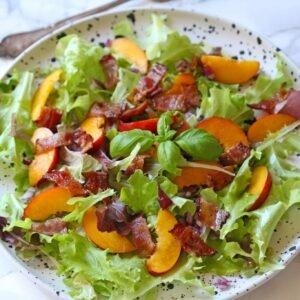 salat med nektariner og bacon