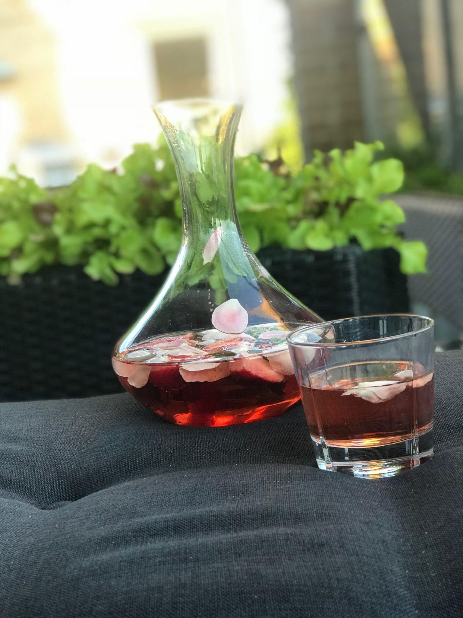 rosesangriamedglas Rosé Sangria - med jordbær, rosenblade og basilikum