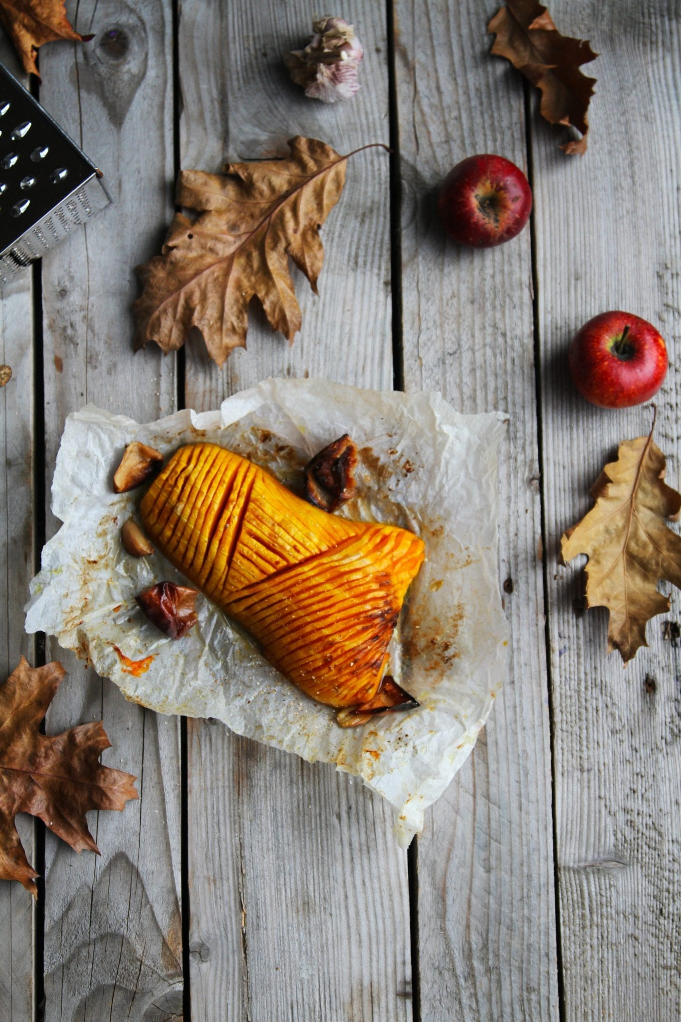 græskar Hasselback butternut squash med citronolie, hvidløg og æble