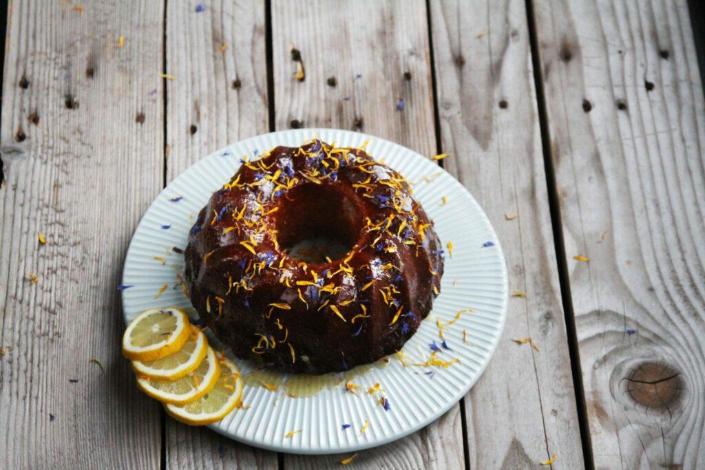 Randform kage med marcipan og citron.
