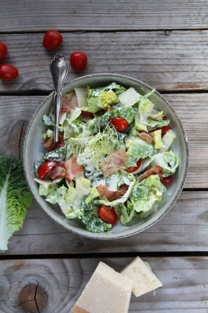 blt salat med cæsar dressing