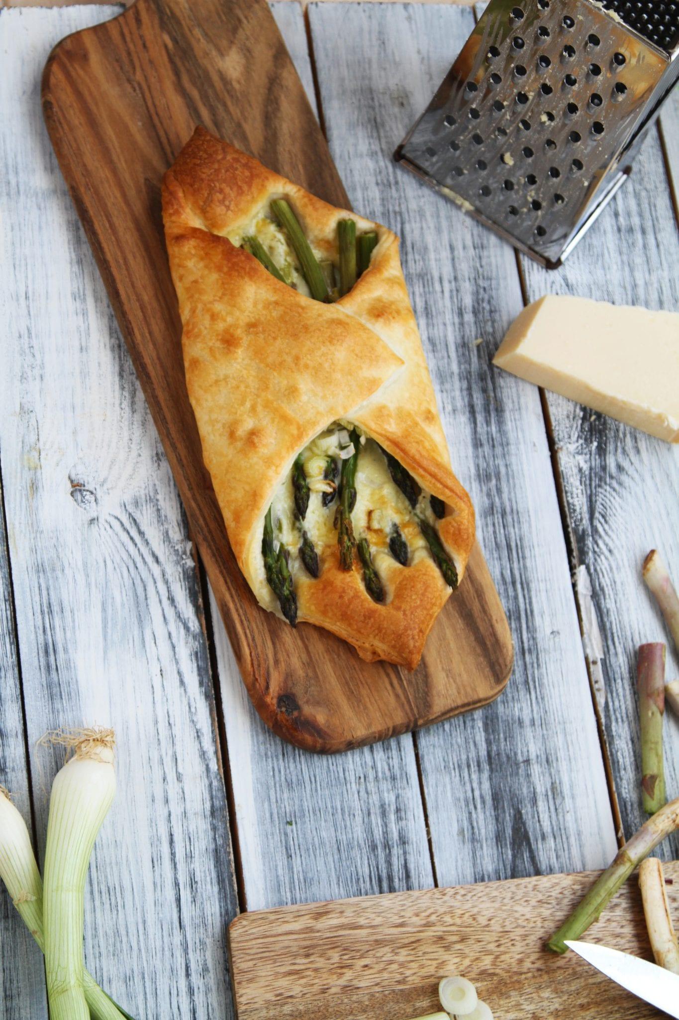 Butterdej med asparges, forårsløg og cheddar ost