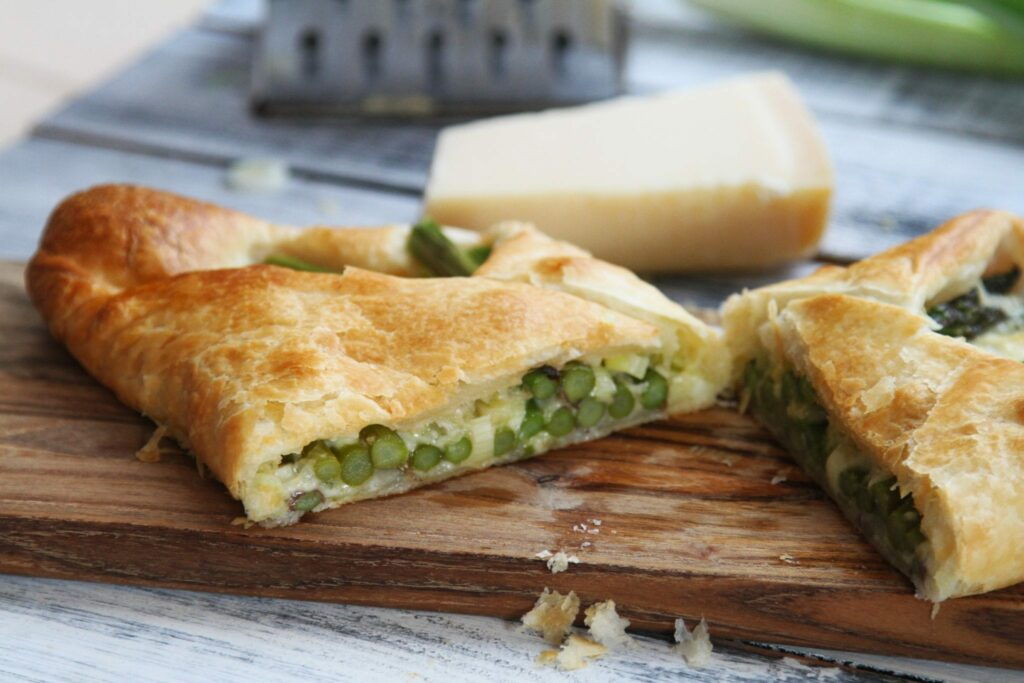 Butterdej med asparges, forårsløg og cheddar ost.