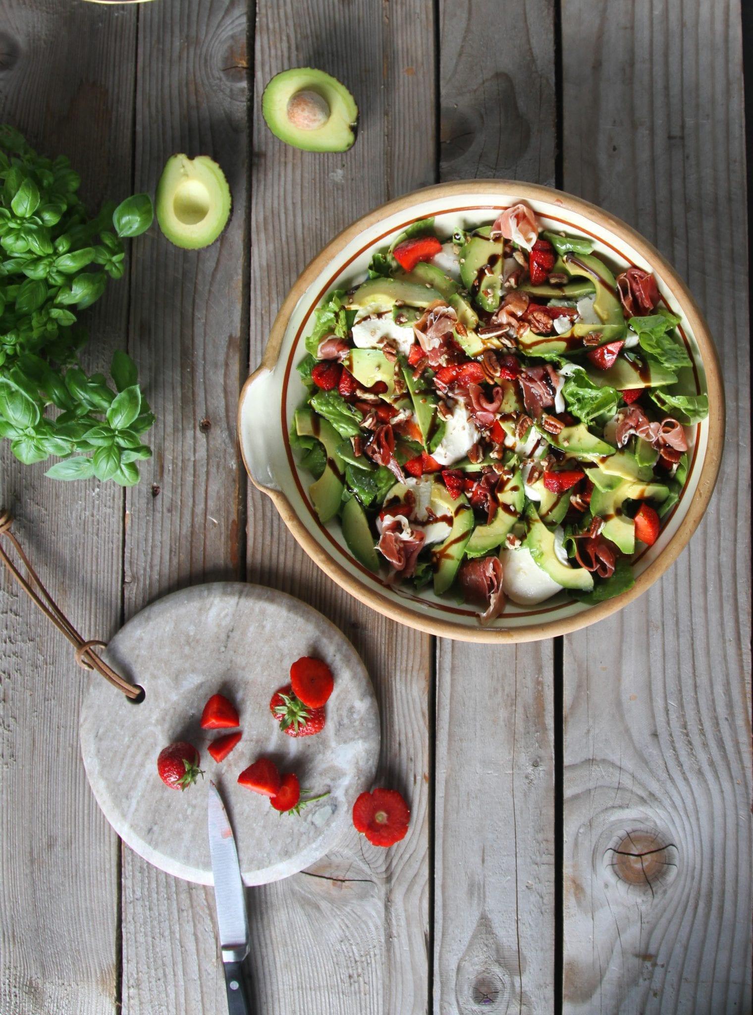 IMG 4977 Skøn sommersalat med jordbær, avokado, mozzarella og serano skinke