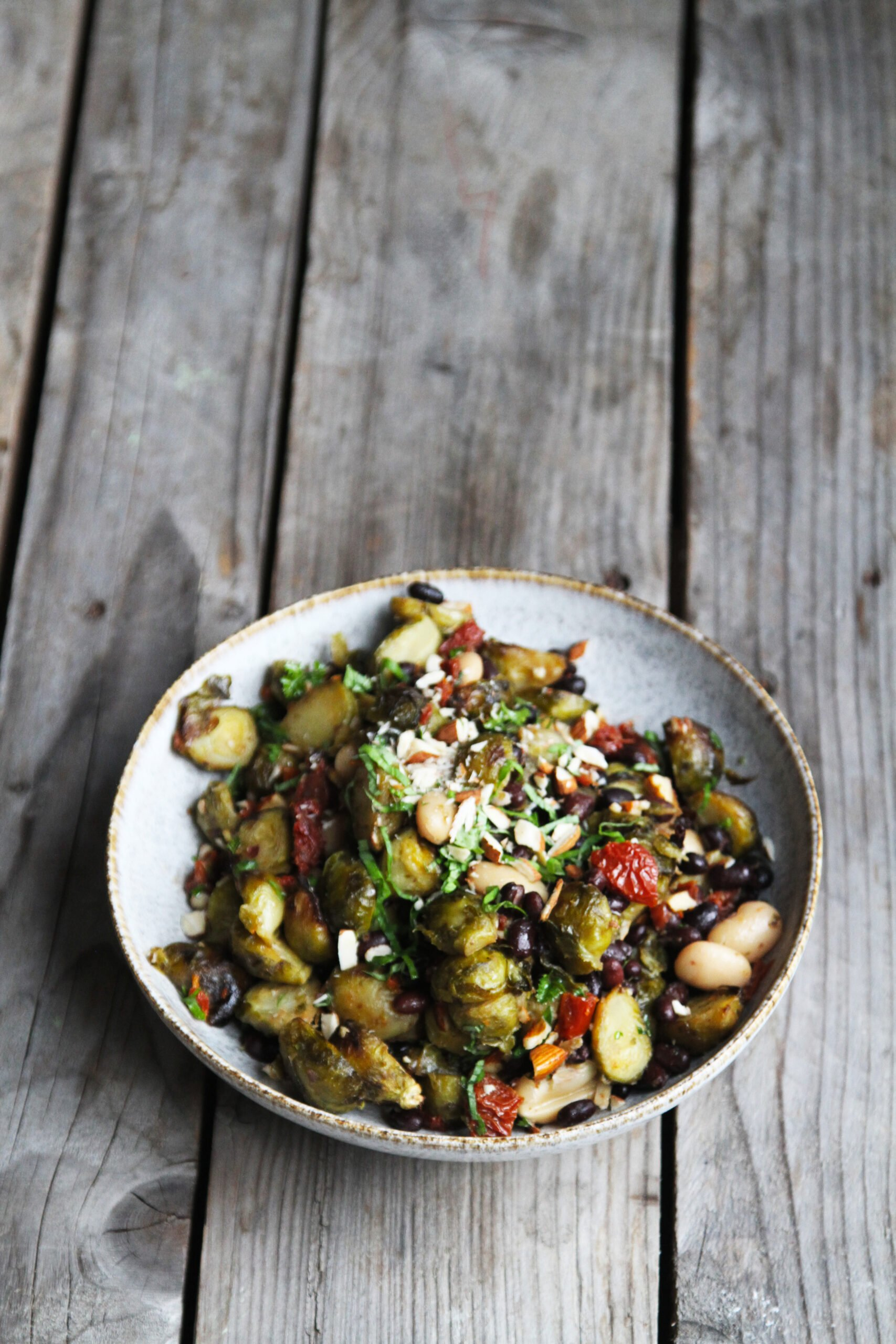 salat boenne rosenkål scaled Salat med rosenkål, bønner og soltørret tomater